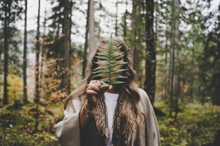 Eviggrønt innhold. Kvinne i naturen.