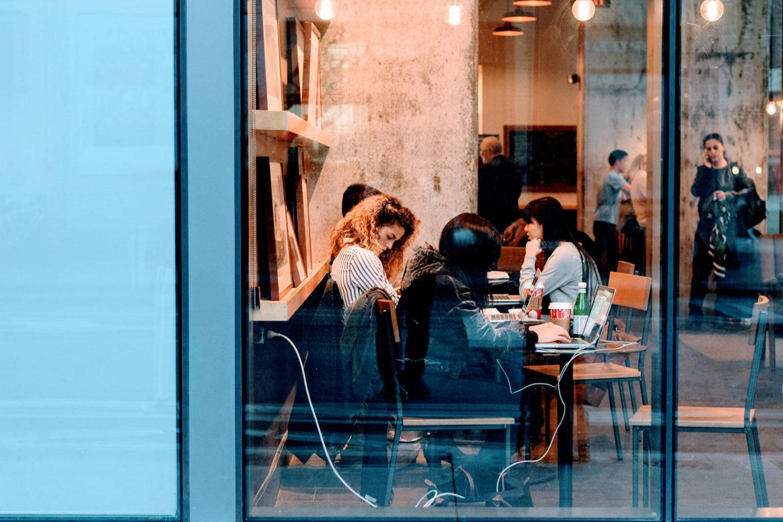 Kvinner som jobber på kafékontor.
