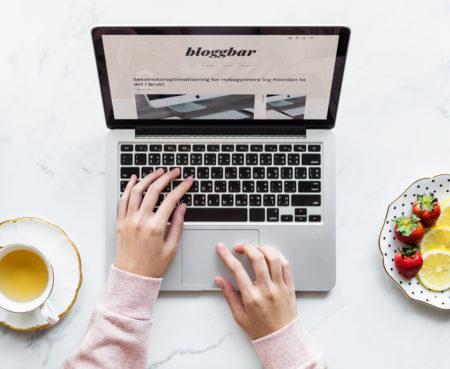 Kvinne med MacBook Pro.