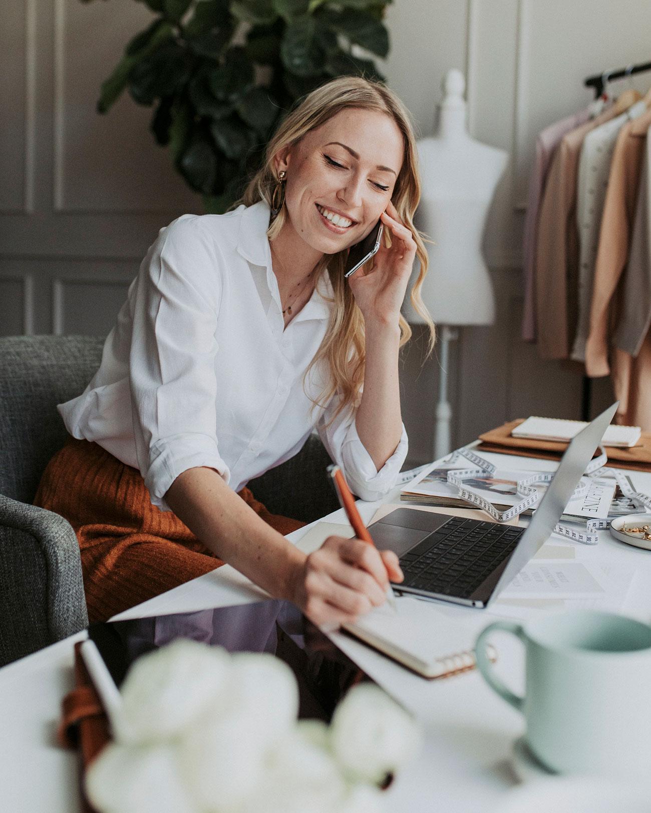 Kvinnelig entreprenør, med en online business, snakker i telefonen.